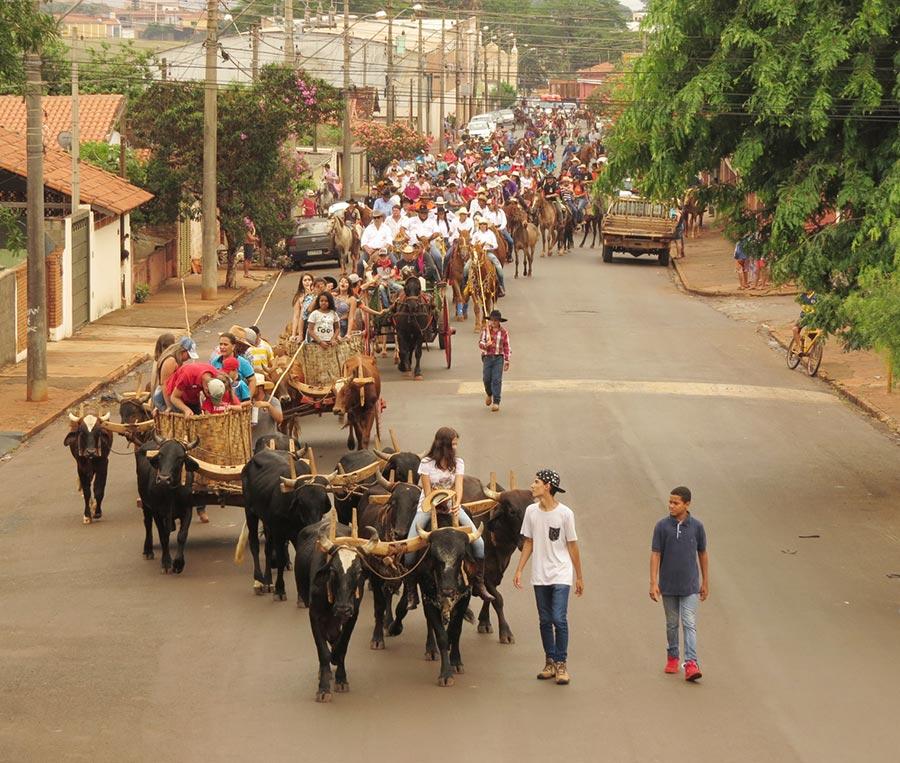 Em torno de 200 cavaleiros participaram da Cavalgada que abre o Rodeio de Cravinhos