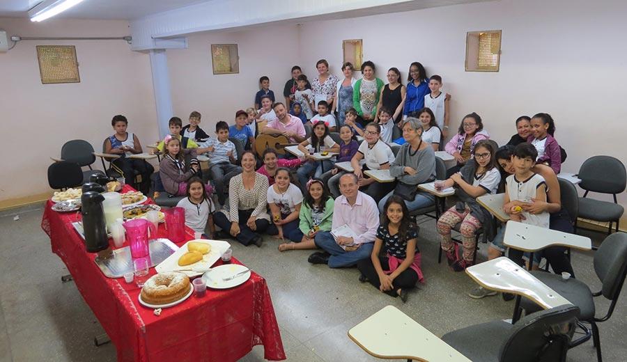 Alunos, pais e professores com o escritor Galeno Amorim