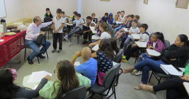 Escritor Galeno Amorim debate livro com alunos do Ensino Fundamental