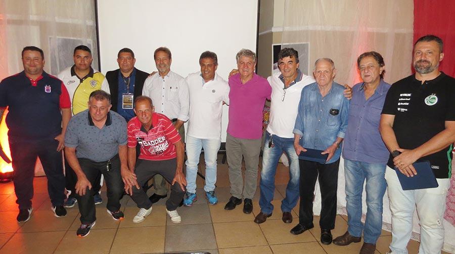 Autoridades municipais, dirigentes e ex-atletas no lançamento da Copa São Paulo de Futebol Júnior